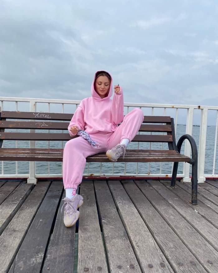 Alexandra Stan s-a fotografiat pe o bancă, la malul mării