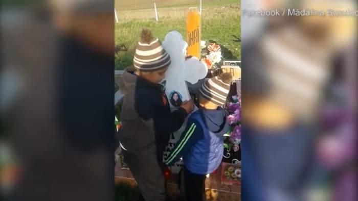 """Imagini sfâșietoare cu doi frățiori din Hârlău care se roagă la mormântul mamei lor! Tatăl i-a părăsit și a plecat din țară: """"Te rog, vino înapoi"""" / VIDEO"""