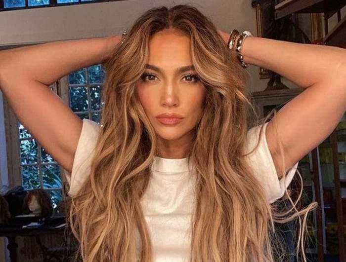 Jennifer Lopez poartă o perucă lungă. Artista e îmbrăcată cu un tricou alb.