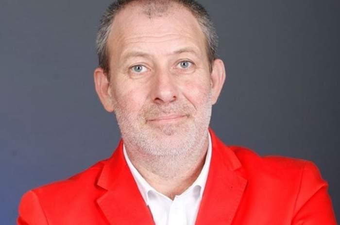 Busu în costum roșu
