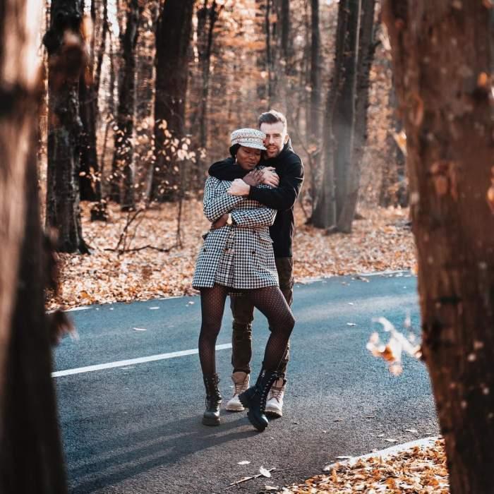 Florin Ristei și Naomi s-au fotografiat îmbrățișați, în pădure