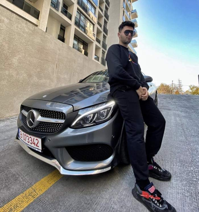 Mario Fresh poarta haine negrue si se sprijina de noua masina