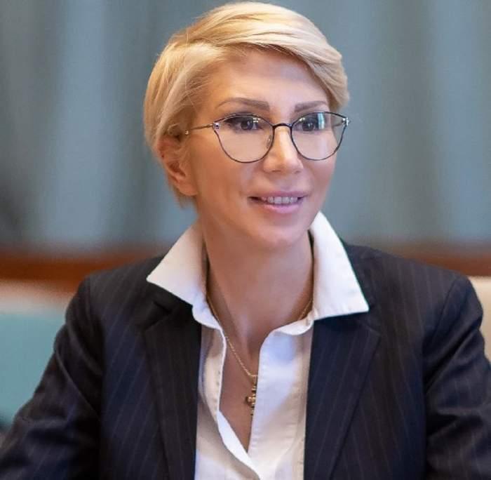 Raluca Turcan, surprinsă zâmbind în cadrul unei conferințe