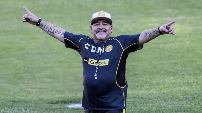 Diego Maradona, fotografiat pe teren, bucurându-se