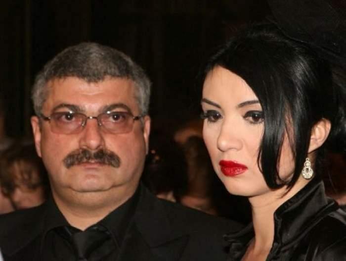 Adriana Bahmuțeanu și Silviu Prigoană pe vremea când formau un cuplu. Cei doi sunt îmbrăcați în haine negri, iar ea e dată cu ruj roșu.