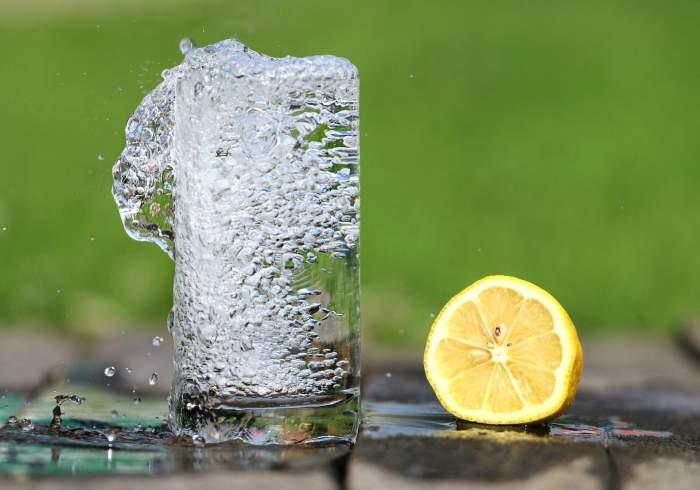 Pahar de apă și o lămâie