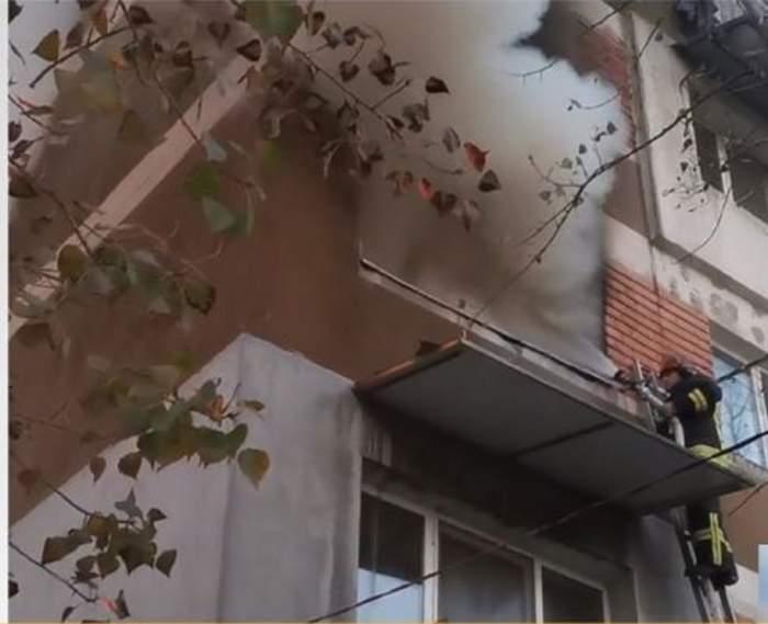 Pompierii sunt la geamul aparftamentului din Prahova si stins fumul