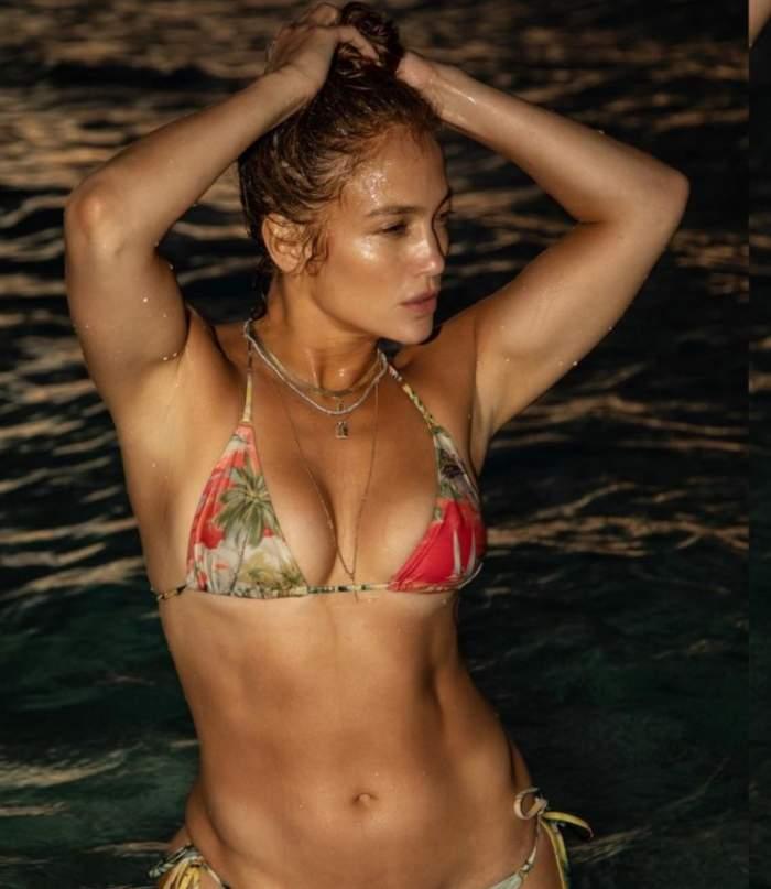 Jennifer Lopez în costum de baie