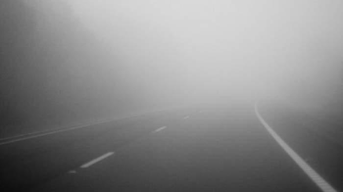 O stradă pe care vizibilitatea este redusă din cauza ceței