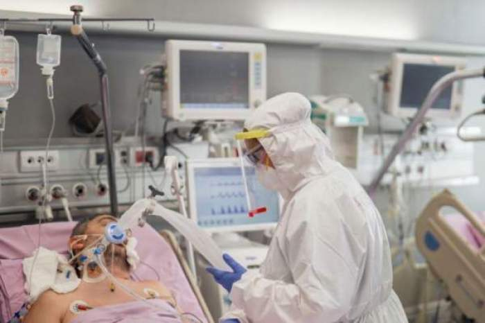 Pacient car eprimește oxigen de la un cadru medical