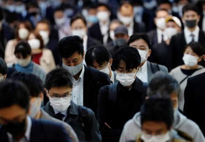 Japonezi cu mască