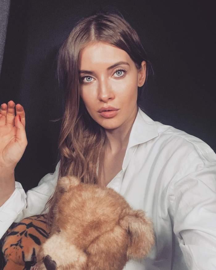 Iulia Albu în cămașa albă.