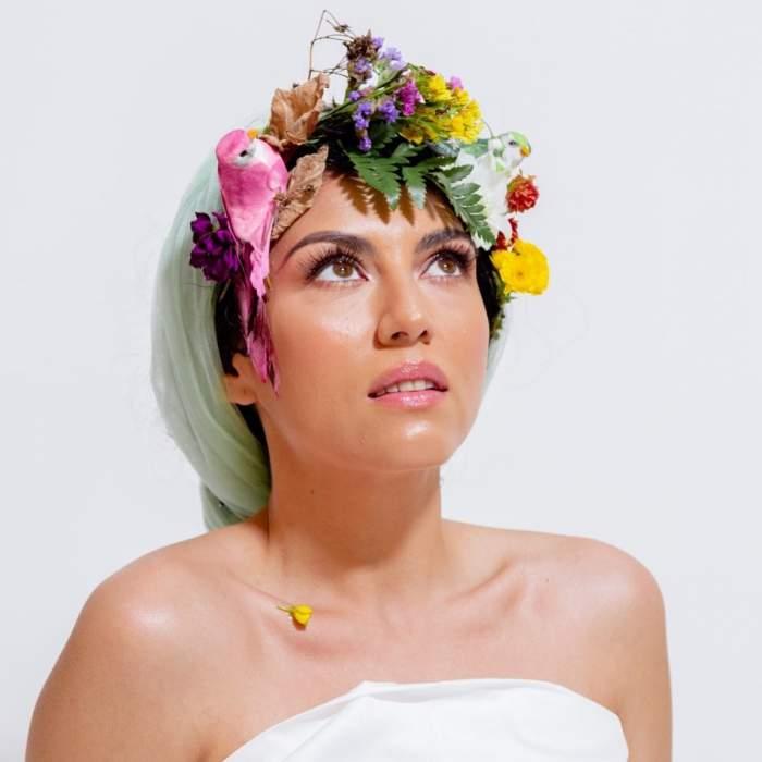 Doinita Oancea s-a fotografiat cu flori pe cap