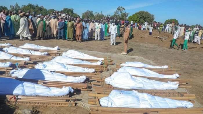 Oameni uciși așezați pe pământ