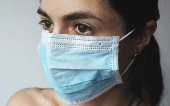 Femeie care poartă mască de protecție