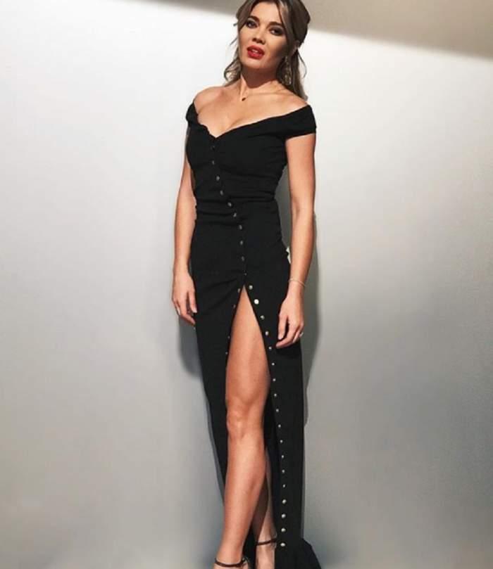Gina Pistol s-a fotografiat într-o rochie neagră, cu crăpătură pe picior