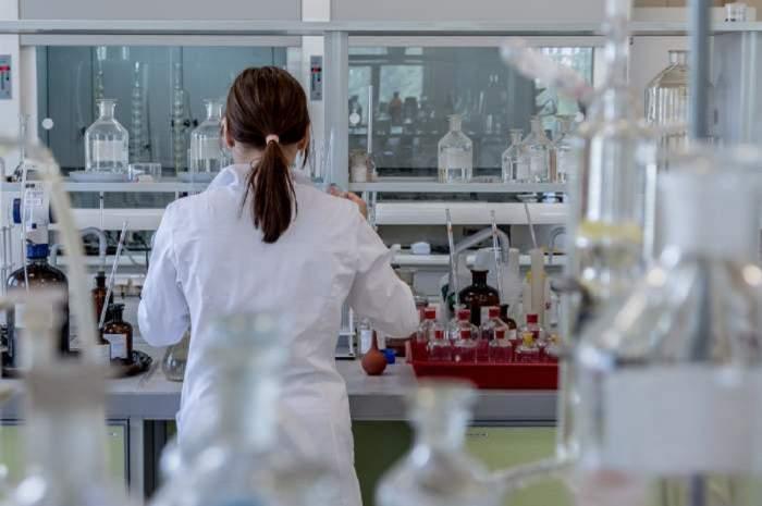 Imagine cu o femeie intr-un laborator de analize medicale