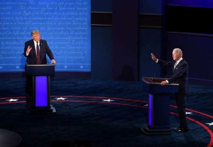 Donand Trump și Joe Biden poartă costum. Cei doi vorbesc la microfon