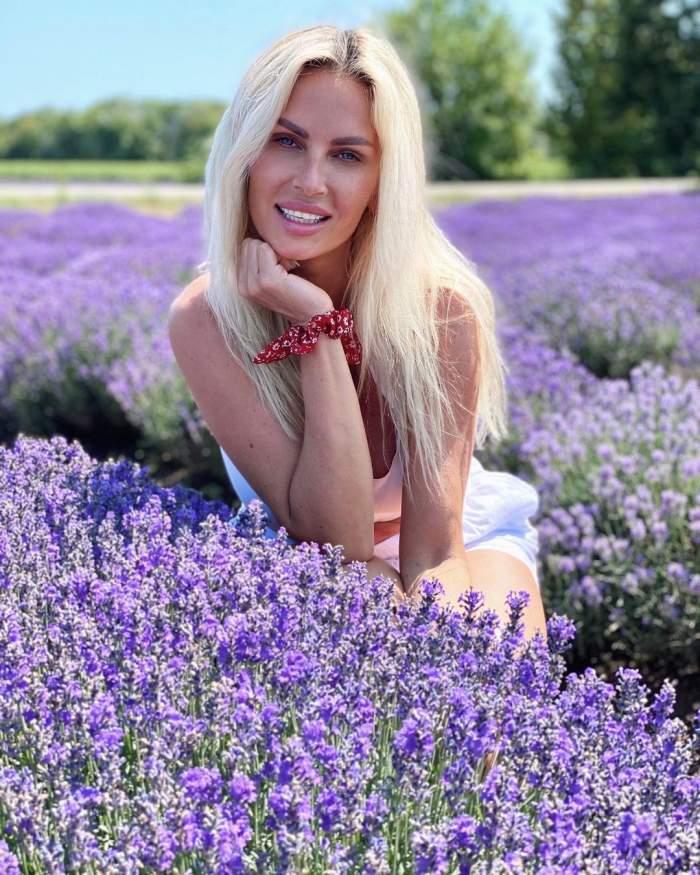 Andreea Bănică s-a fotografiat în lanul de lavandă