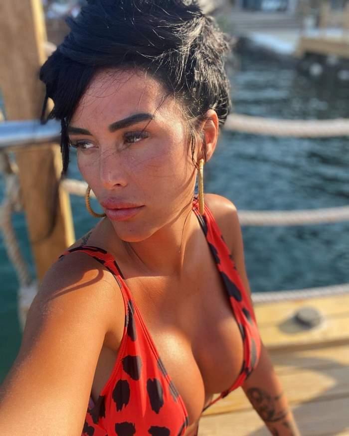 Daniela Crudu s-a fotografiat pe plajă, în costum de baie
