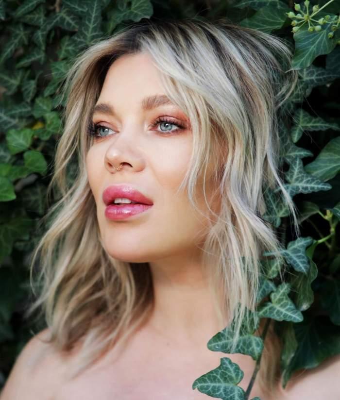 Gina Pistol s-a fotografiat lângă un perete de frunze