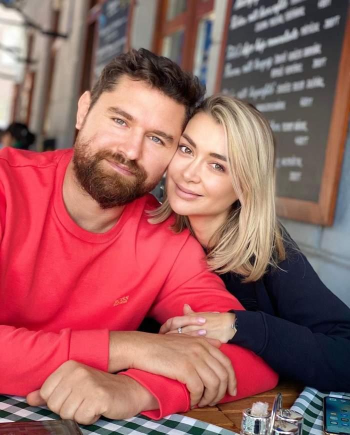 Denisa Tănase și iubitul s-au fotografiat la o terasă, zâmbitori și îmbrățișați
