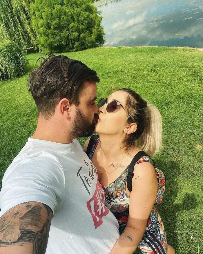 Adda și soțul ei se sărută