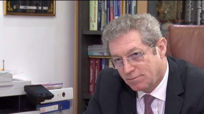 Adrian Streinu Cerccel, fotografiat în biroul său