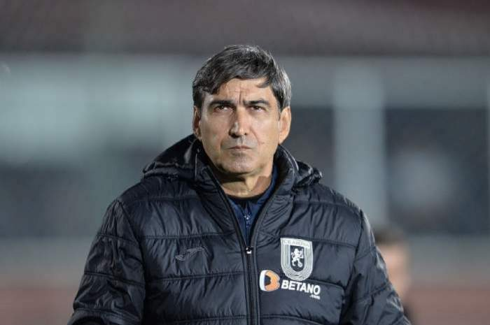 Victor Piturca este pe terenul de fotbal, poarta o geaca de iarna