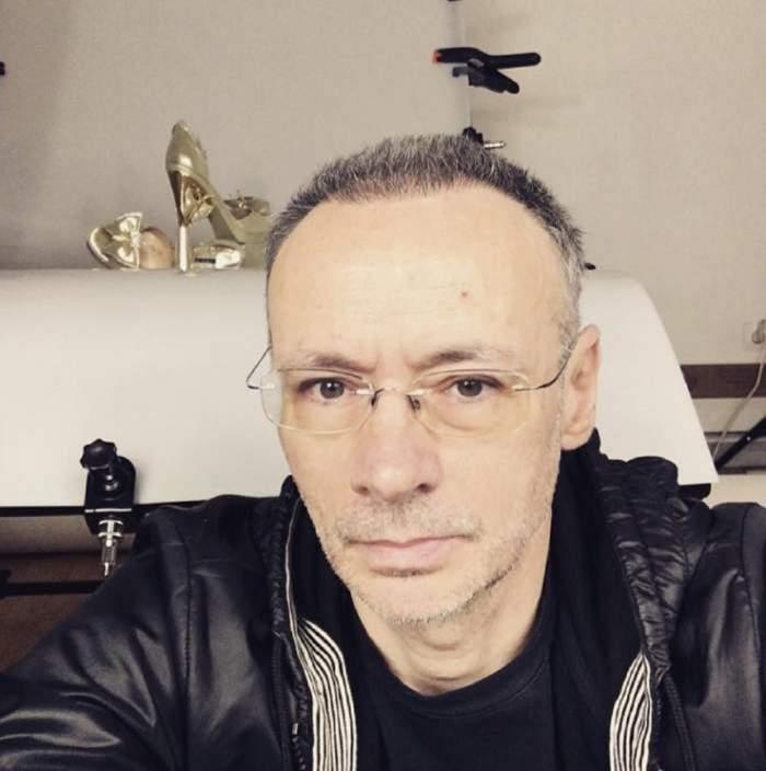 Mihai Albu poarta ochelari si hanorac negru