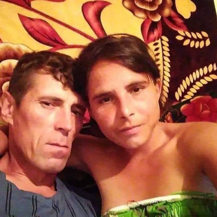 Alexandra și Ionuț Bodi într-un selfie. Cei doi stau întinși pe pat. Ea poartă o bluză verde, iar el una albastră.