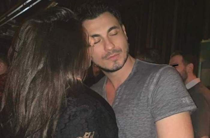 Cristina Ich și Alex Pițurcă se țin în brațe. Ea poartă o rochie neagră, iar el un tricou gri.