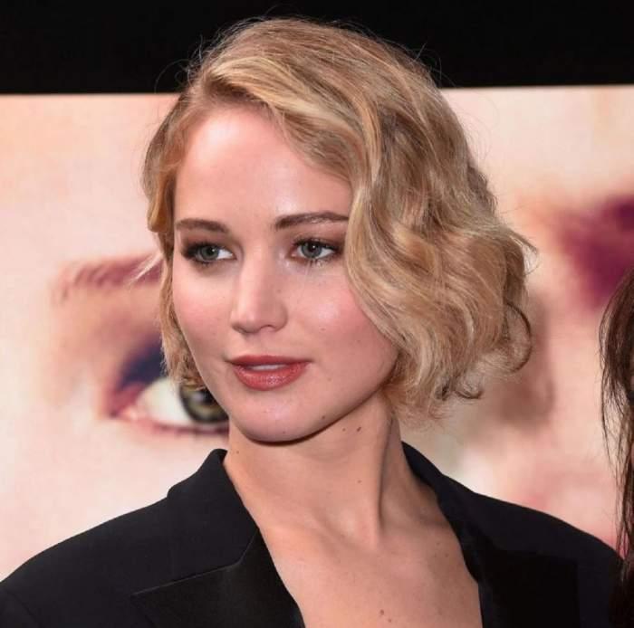 Jennifer Lawrence este pe covorul rosu, poarta o tinuta neagra