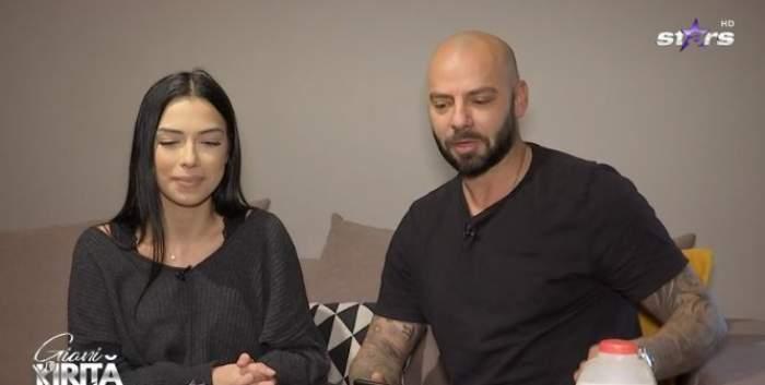 Giani și Roxana Kiriță, fotografiați stând pe canapea