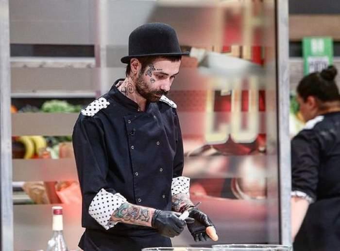 Kani se află la Chefi la Cuțite. Andrei Hîncu poartă uniformă neagră de bucătar și o pălărie în aceeași nuanță. Concurentul gătește.