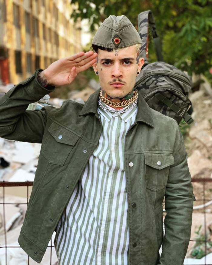 Zanni îmbrăcat în militar.