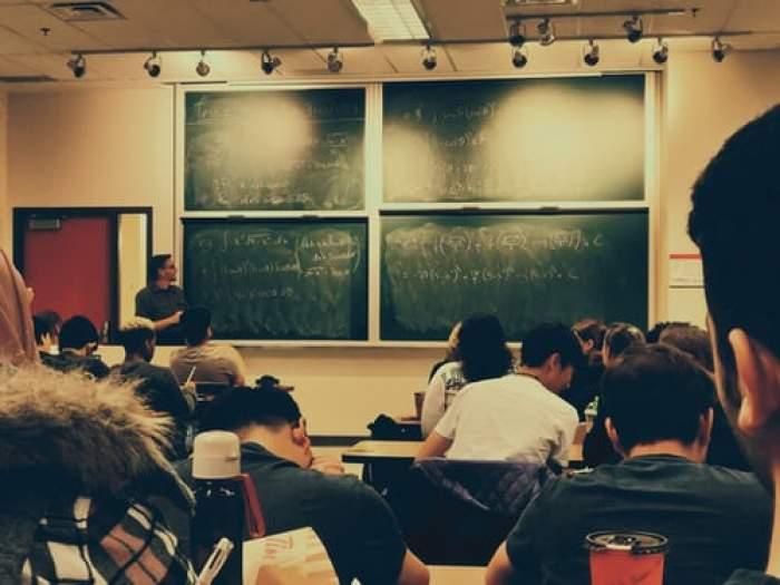 Clasă plină de elevi