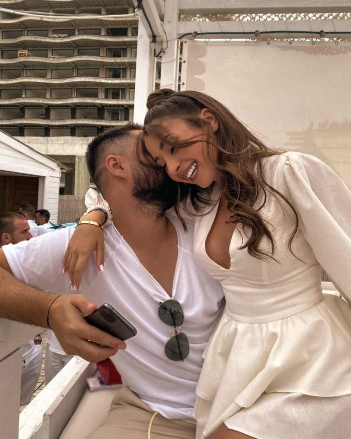 Nicole Cherry s-a fotografiat în brațele iubitului, zâmbitoare, ambii îmbrăcați în alb