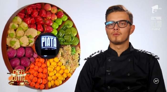 Ionuț Belei se află la Chefi la Cuțite. Tânărul poartă uniformă neagră de bucătar și dă un interviu.