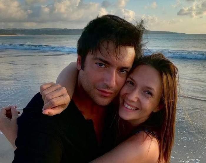 Adela Popescu și Radu Vâlcan se află la mare. Cei doi se țin în brațe și zâmbesc.