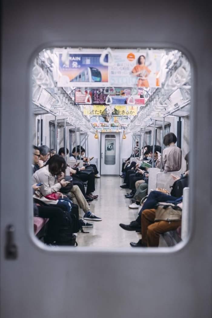 Japonezi cu mască în metrou