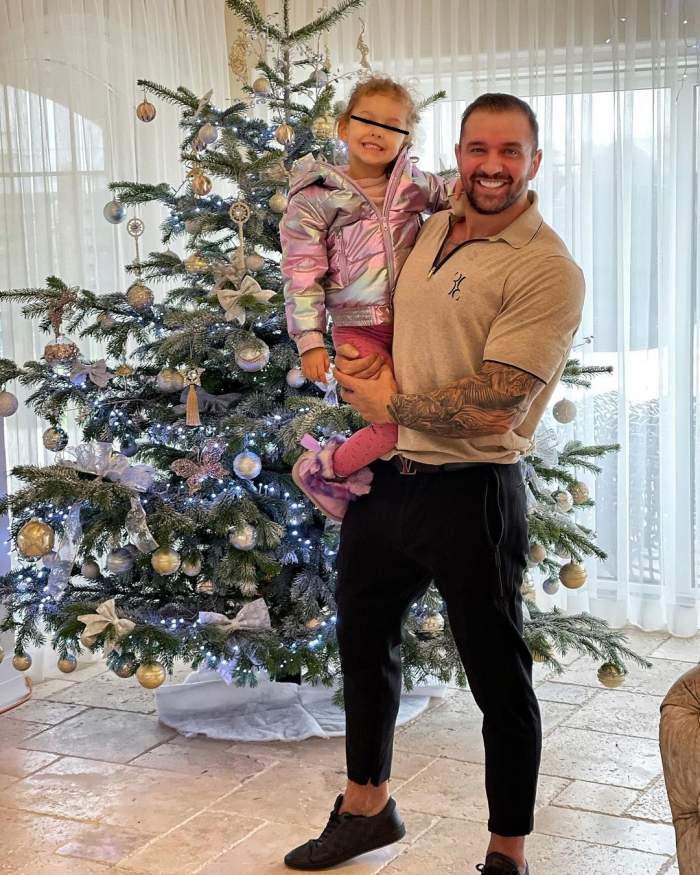 Alex Bodi și fiica sa lângă bradul de Crăciun.