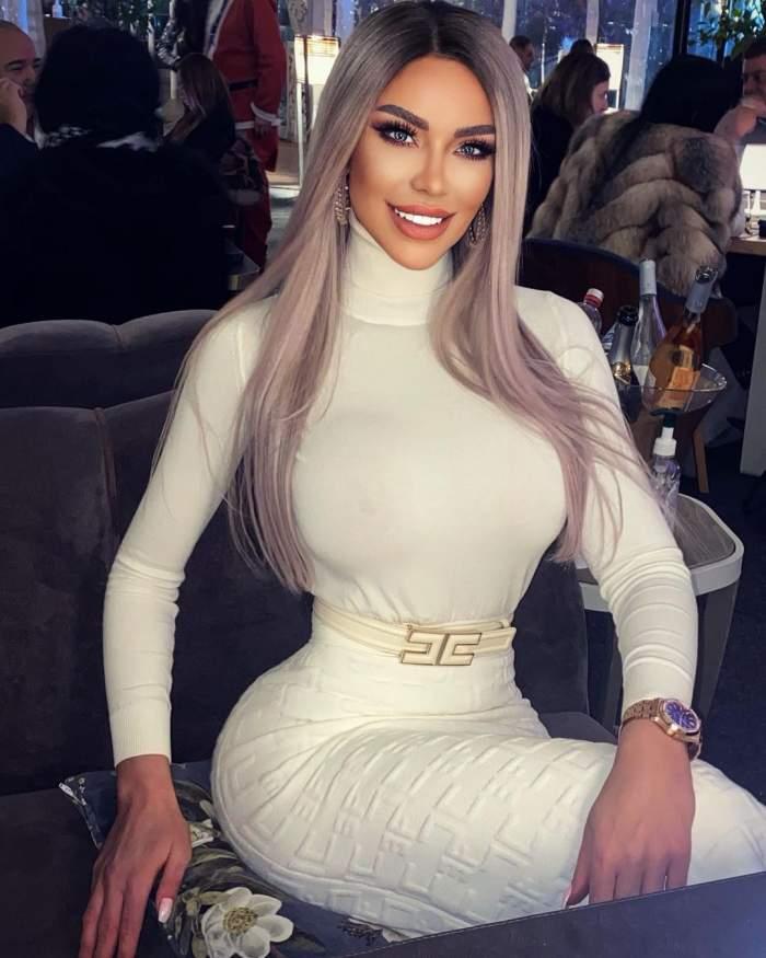 Bianca Drăgușanu în rochie albă, pe gât.