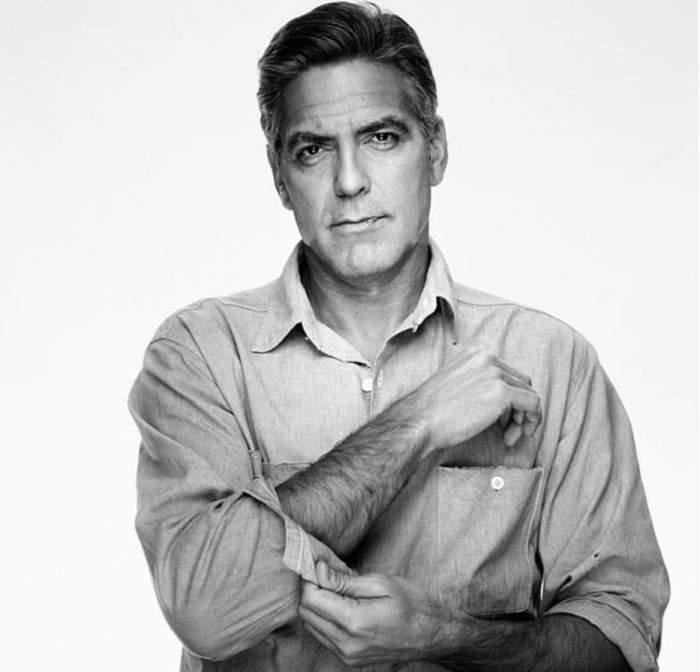 George Clooney, într-o fotografie alb-negru, suflecâdu-și mânecile