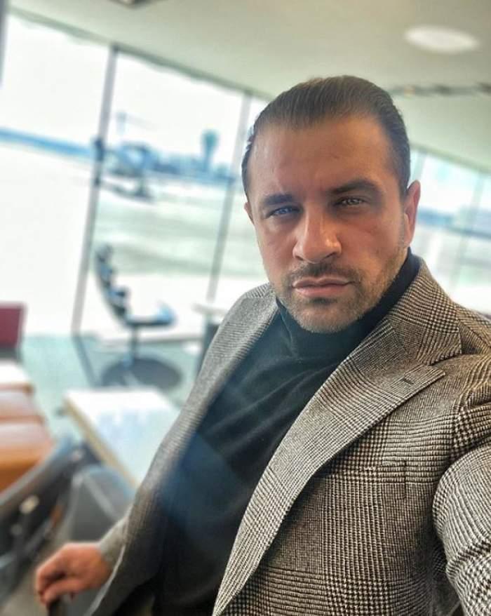 Alex Bodi la costum, în aeroport.