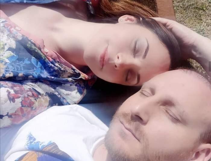 Andreea Marin sta pe iarba intinsa cu Adrian Brancoveanu, tin ochii inchisi