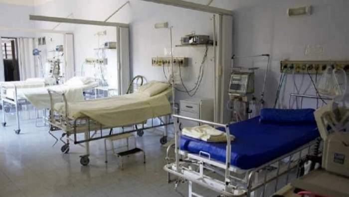 Fotografie cu mai multe paturi goale, într-un spital
