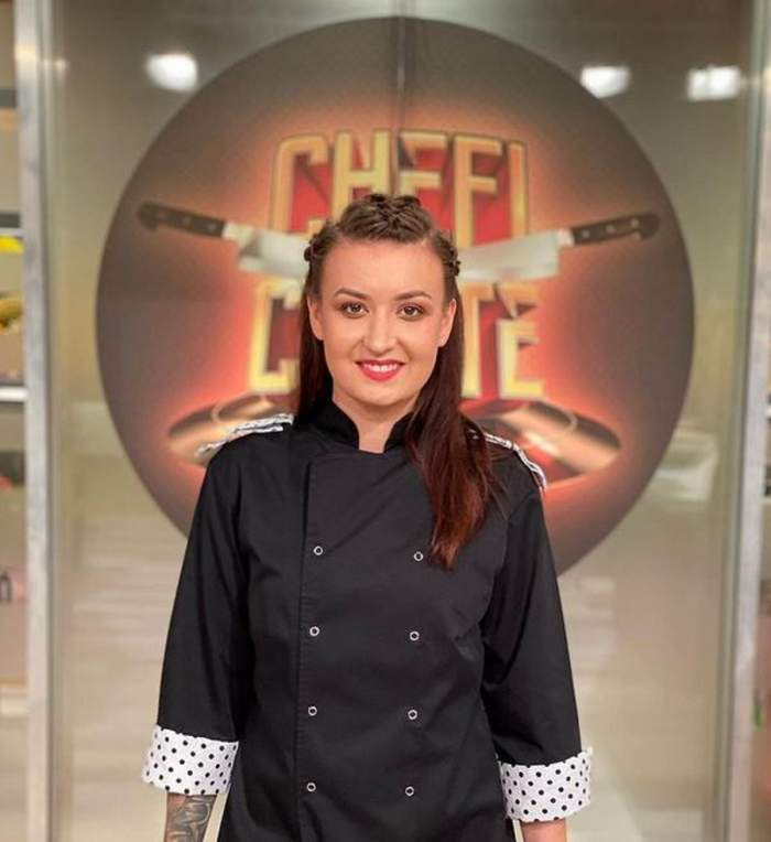 """Roxana Blenche se află la """"Chefi la Cuțite"""". Concurenta zâmbește larg și e îmbrăcată în uniformă de bucătar."""