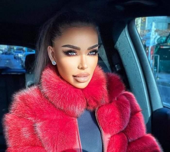Bianca Drăgușanu se află în mașină. Vedeta poartă o haină roșie de blană și privește înainte.