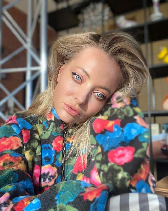 Delia șia făcut un selfie, foarte serioasă, puțin machiată, doar purtând o ținută colorată